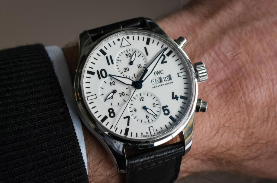 The black leather straps fake IWC Pilot's watch IW377725 have white dials.