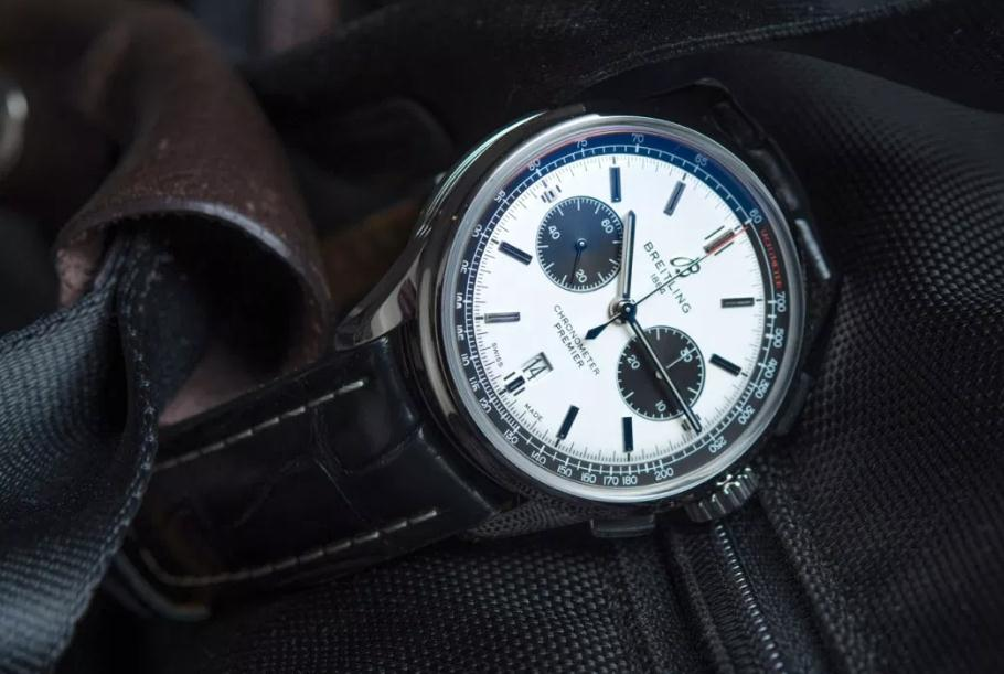 The white dials fake watches have black leather straps.